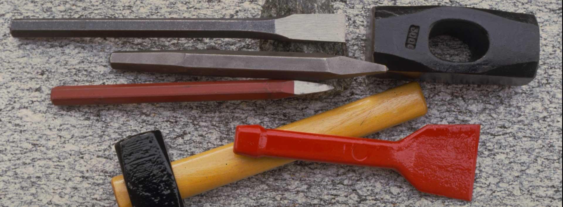 utensili in acciaio e mazzette